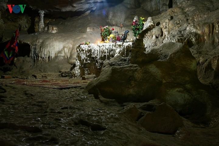 A visit to Ang village and Doi cave in Moc Chau, Son La - ảnh 6