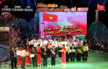 Zehn Millionen US-Dollar als Spende für die Bewohner der Bergprovinz Ha Giang - ảnh 1