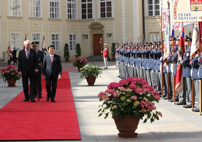 Staatsbesuch: Truong Tan Sang führt Gespräch mit dem Präsident Tschechiens Milos Zeman - ảnh 1