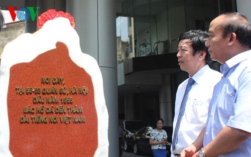 Einweihung der Steinstelle zum 60. Jahrestag des VOV-Besuchs des Präsidenten Ho Chi Minh - ảnh 1