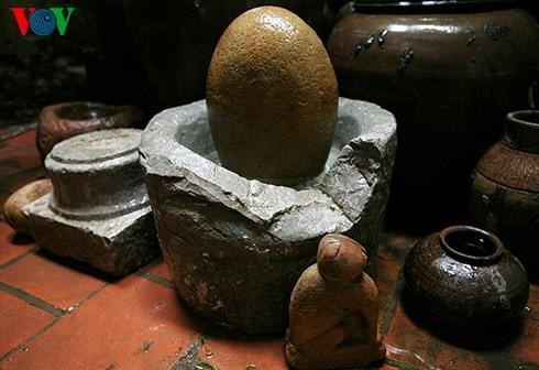 Die Sammlung der alten Mühlsteine und Steinmörser von Manh - ảnh 1