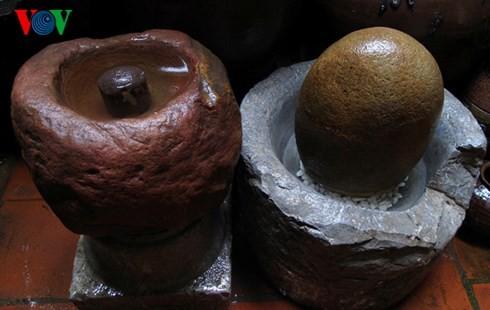 Die Sammlung der alten Mühlsteine und Steinmörser von Manh - ảnh 10