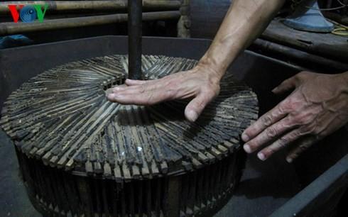 Die Sammlung der alten Mühlsteine und Steinmörser von Manh - ảnh 11