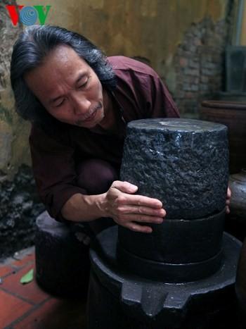 Die Sammlung der alten Mühlsteine und Steinmörser von Manh - ảnh 5