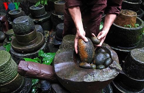 Die Sammlung der alten Mühlsteine und Steinmörser von Manh - ảnh 7