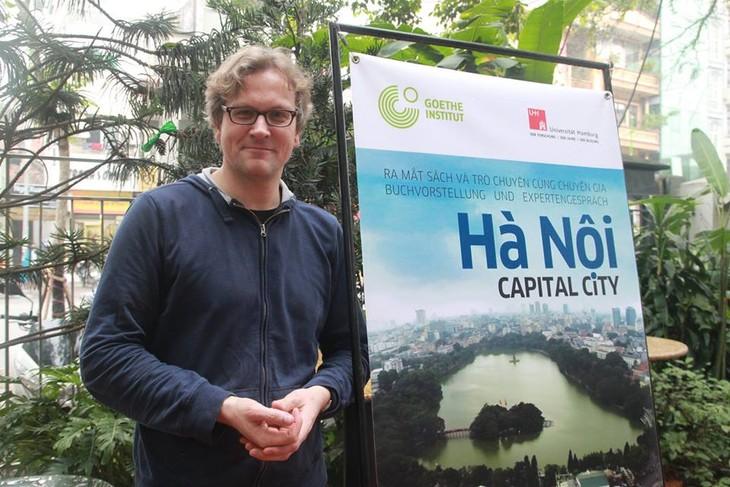 """""""Hanoi: Capital City"""" von Michael Waibel erhält den """"Bui Xuan Phai 2015-Liebe zu Hanoi""""-Preis   - ảnh 1"""