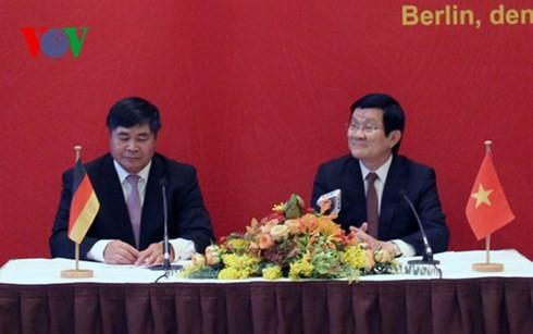 Staatspräsident Truong Tan Sang trifft Vertreter der vietnamesischen Gemeinschaft in Deutschland - ảnh 1