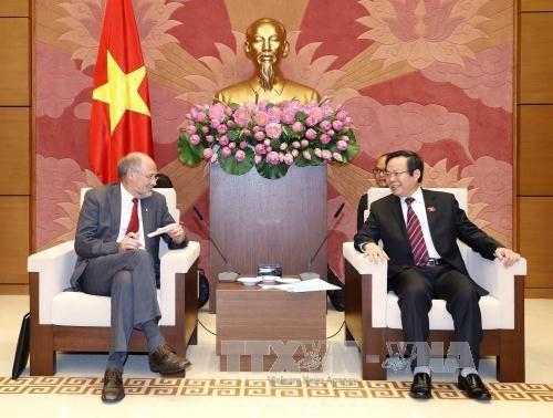 Vizeparlamentspräsident Phung Quoc Hien empfängt Abgeordneten der EFTA - ảnh 1