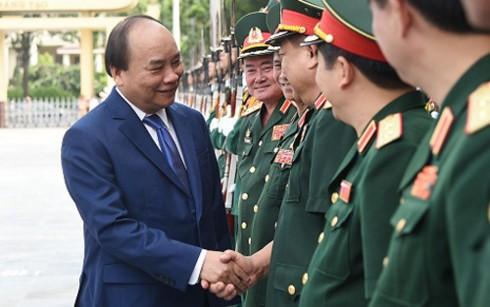 Premierminister zu Gast bei Eröffnung des neuen Schuljahres der Verteidigungsakademie - ảnh 1