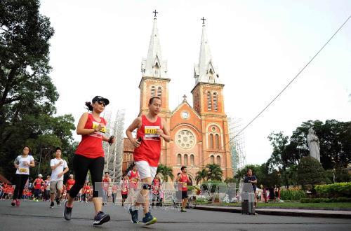 Mehr als 8000 Sportlerinnen und Sportler nehmen am Marathonlauf in Ho Chi Minh Stadt teil - ảnh 1