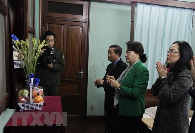 Parlamentspräsidentin Nguyen Thi Kim Ngan zündet Räucherstäbchen für Präsident Ho Chi Minh an - ảnh 1