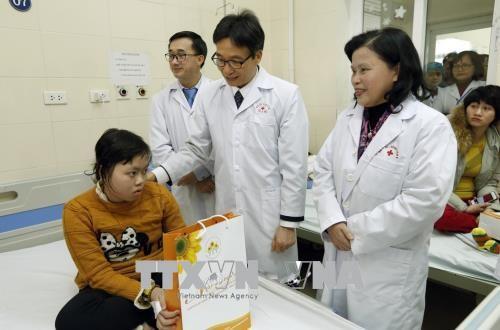 Vizepremierminister Vu Duc Dam besucht Patienten im nationalen Krebskrankenhaus - ảnh 1