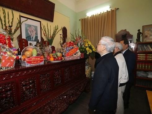 KPV-Generalsekretär Nguyen Phu Trong zündet Räucherstäbchen für verstorbene Parteichefs an - ảnh 1