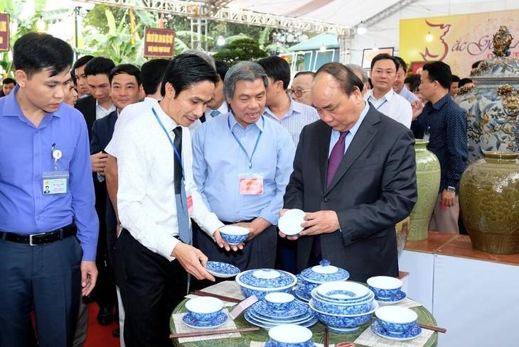 Premierminister Nguyen Xuan Phuc besucht das Keramikdorf Bat Trang - ảnh 1