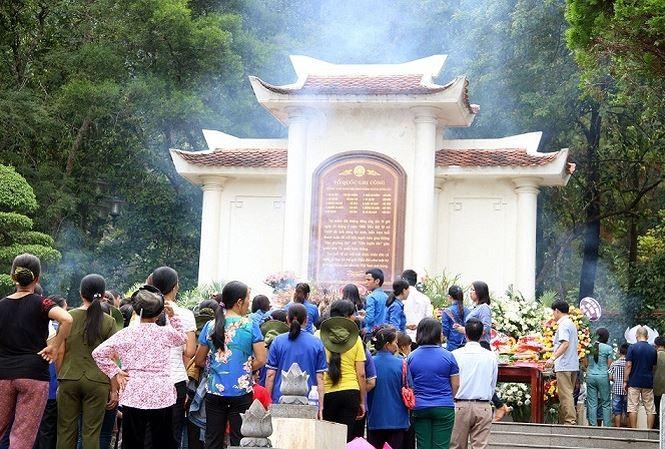 Tausende Menschen ehren gefallene Soldaten in Dong Loc - ảnh 1