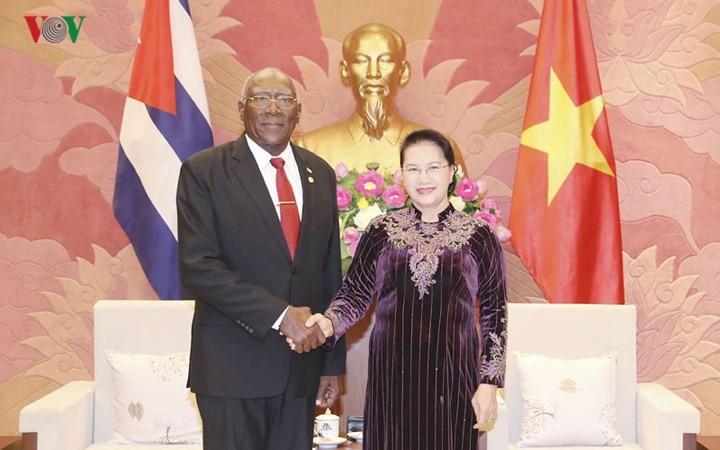 Staatspräsident Tran Dai Quang und Parlamentspräsidentin Nguyen Thi Kim Ngan empfangen den Vizepräsident des kubanischen Staatsrats - ảnh 1