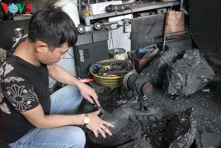 Herstellung von Kohle-Skulpturen – ein einzigartiger Beruf in Quang Ninh - ảnh 1