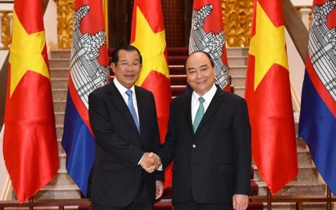 Premierminister Nguyen Xuan Phuc führt Gespräch mit dem kambodschanischen Premierminister - ảnh 1