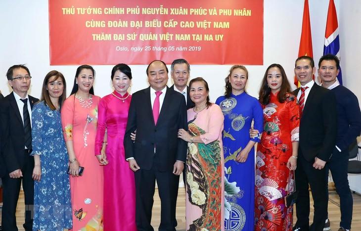 Premierminister Nguyen Xuan Phuc besucht Produktionsmodelle einiger großer Konzerne in Norwegen - ảnh 1