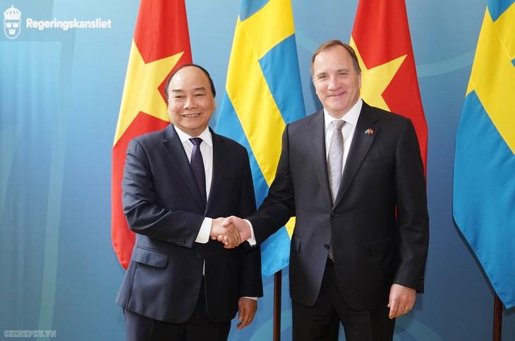 Premierminister Nguyen Xuan Phuc führt Gespräch mit schwedischen Premierminister - ảnh 1