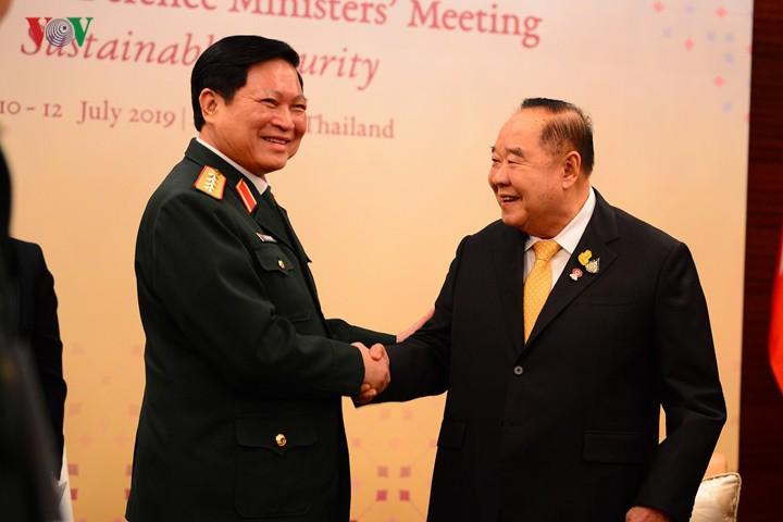 Aktivitäten des Verteidigungsministers Ngo Xuan Lich am Rande der ADMM - ảnh 1