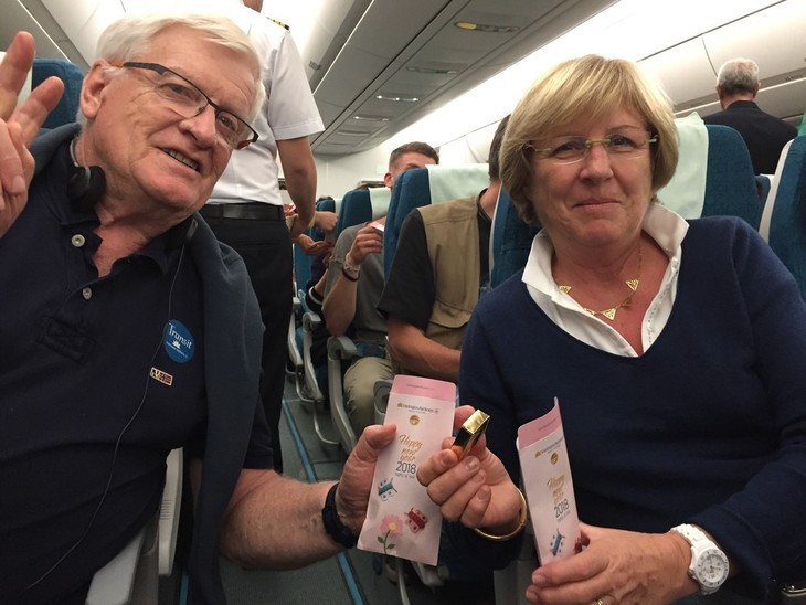 Vietnam Airlines' passengers offered Tet gifts on first day of lunar year  - ảnh 1