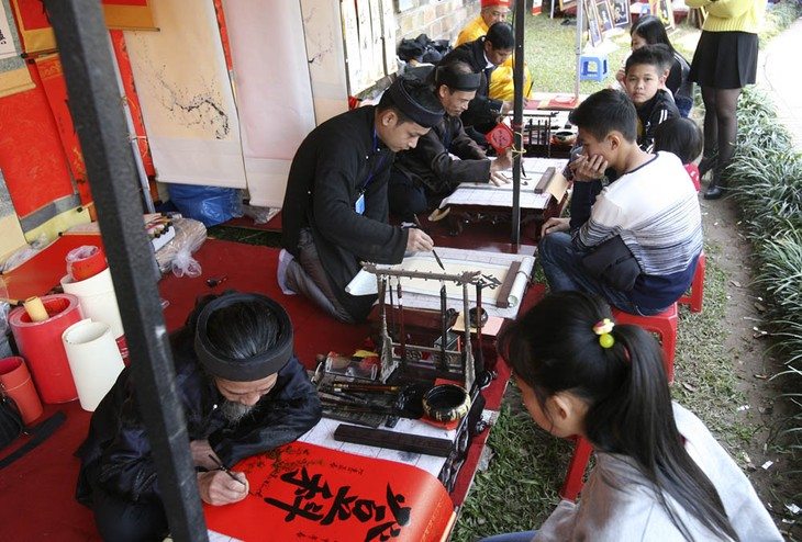 Tet tradition keeps calligraphy alive - ảnh 1