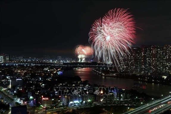 Vietnam rings in Lunar New Year with dazzling fireworks  - ảnh 3