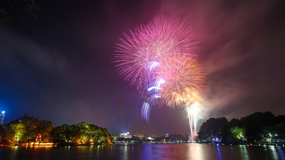 Vietnam rings in Lunar New Year with dazzling fireworks  - ảnh 1