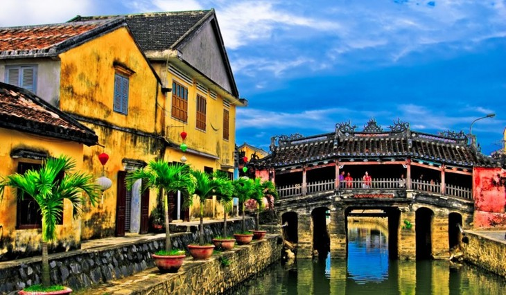 Hoi An to limit tourist access to symbolic bridge - ảnh 1