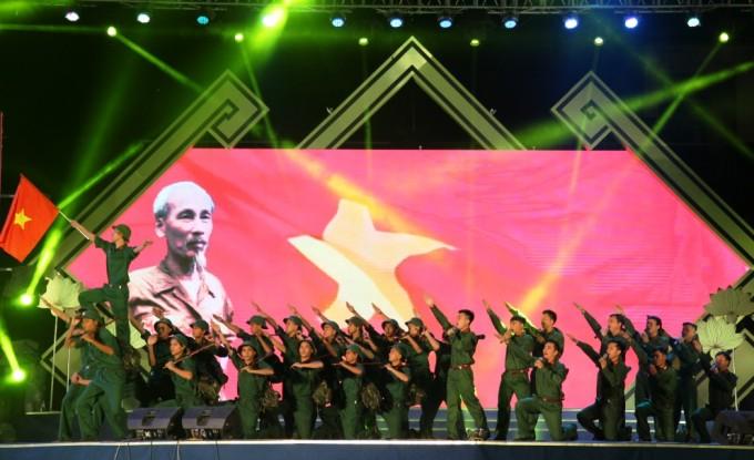Sen Village Festival commemorates President HCM's birthday - ảnh 1