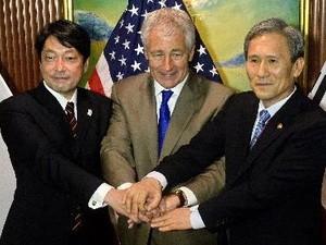 ญี่ปุ่น-สหรัฐ-สาธารณรัฐเกาหลีเห็นพ้องที่จะยับยั้งไม่ให้เปียงยางพัฒนานิวเคลีรย์ - ảnh 1