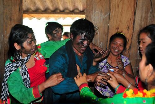 ประเพณีการแต่งงานของชนเผ่าหมางในจังหวัดลายโจว์ - ảnh 4