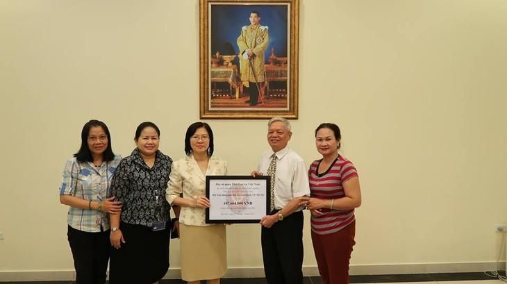 สถานทูตไทยมอบเงินช่วยเหลือแก่สมาคมผู้ประสบภัยสารไดออกซินกรุงฮานอยเพื่อสนับสนุนกิจกรรมของสมาคมฯ - ảnh 1