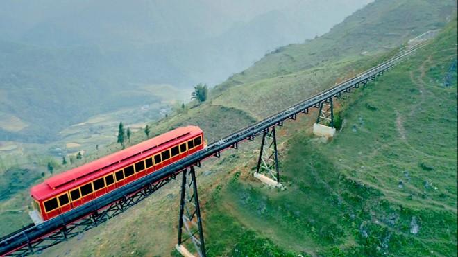 เที่ยวซาปา นั่งรถรางไฟฟ้าชมวิวภูเขาที่แสนสวย - ảnh 1