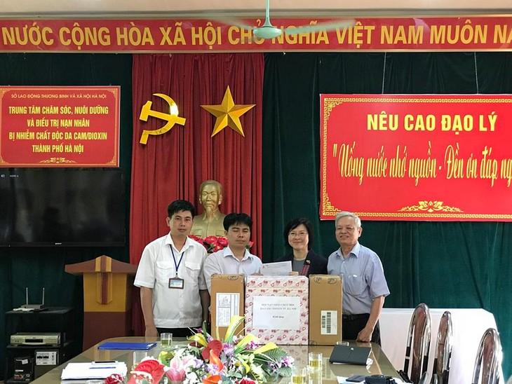 สถานทูตไทยมอบของขวัญและเงินช่วยเหลือแก่ศูนย์เลี้ยงดูผู้ประสบภัยสารไดออกซิน กรุงฮานอย - ảnh 1