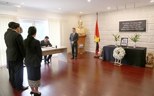 สถานทูตเวียดนามประจำประเทศต่างๆเปิดให้ลงนามในสมุดไว้อาลัยอดีตเลขาธิการใหญ่พรรคคอมมิวนิสต์เวียดนาม โด๋เหมื่อย - ảnh 9