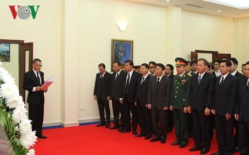 สถานทูตเวียดนามประจำประเทศต่างๆเปิดให้ลงนามในสมุดไว้อาลัยอดีตเลขาธิการใหญ่พรรคคอมมิวนิสต์เวียดนาม โด๋เหมื่อย - ảnh 5