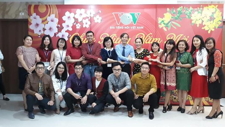 ทีมงานภาคภาษาไทยและเจ้าหน้าที่ผู้สื่อข่าวของวีโอวี5พบปะสังสรรค์หลังวันหยุดตรุษเต๊ต  - ảnh 3
