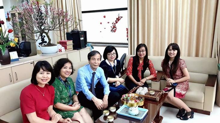 ทีมงานภาคภาษาไทยและเจ้าหน้าที่ผู้สื่อข่าวของวีโอวี5พบปะสังสรรค์หลังวันหยุดตรุษเต๊ต  - ảnh 8