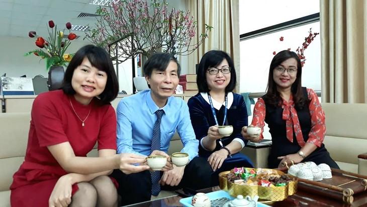 ทีมงานภาคภาษาไทยและเจ้าหน้าที่ผู้สื่อข่าวของวีโอวี5พบปะสังสรรค์หลังวันหยุดตรุษเต๊ต  - ảnh 9