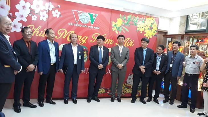 ทีมงานภาคภาษาไทยและเจ้าหน้าที่ผู้สื่อข่าวของวีโอวี5พบปะสังสรรค์หลังวันหยุดตรุษเต๊ต  - ảnh 2