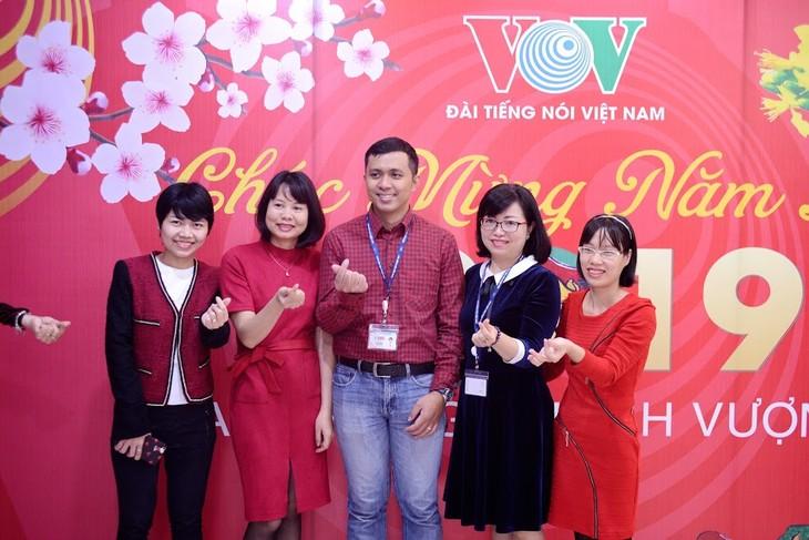 ทีมงานภาคภาษาไทยและเจ้าหน้าที่ผู้สื่อข่าวของวีโอวี5พบปะสังสรรค์หลังวันหยุดตรุษเต๊ต  - ảnh 6