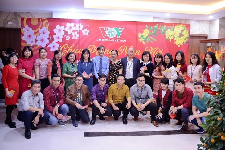 ทีมงานภาคภาษาไทยและเจ้าหน้าที่ผู้สื่อข่าวของวีโอวี5พบปะสังสรรค์หลังวันหยุดตรุษเต๊ต  - ảnh 4