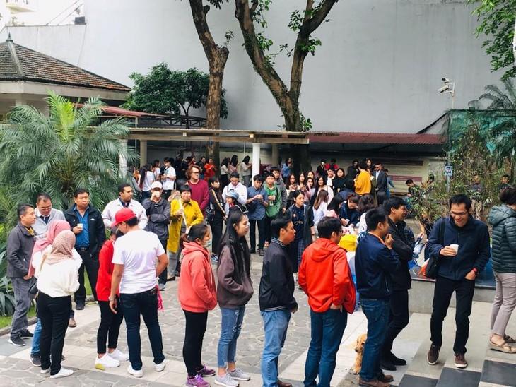 ผู้มีสิทธิ์เลือกตั้งไทยที่พำนักในเวียดนามเริ่มไปใช้สิทธิ์เลือกตั้งนอกราชอาณาจักร - ảnh 2