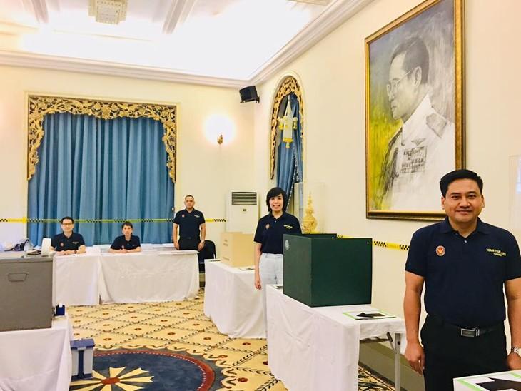 ผู้มีสิทธิ์เลือกตั้งไทยที่พำนักในเวียดนามเริ่มไปใช้สิทธิ์เลือกตั้งนอกราชอาณาจักร - ảnh 10