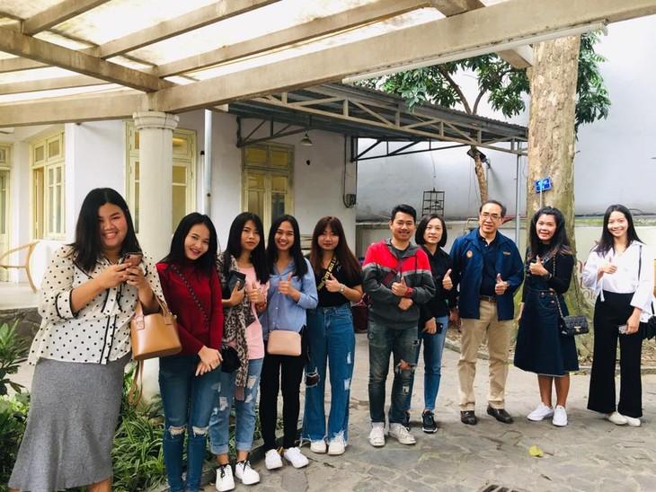 ผู้มีสิทธิ์เลือกตั้งไทยที่พำนักในเวียดนามเริ่มไปใช้สิทธิ์เลือกตั้งนอกราชอาณาจักร - ảnh 4
