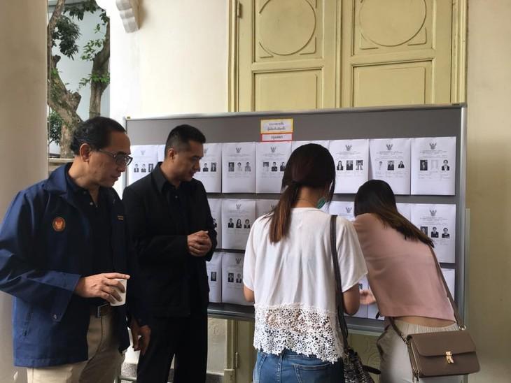ผู้มีสิทธิ์เลือกตั้งไทยที่พำนักในเวียดนามเริ่มไปใช้สิทธิ์เลือกตั้งนอกราชอาณาจักร - ảnh 8