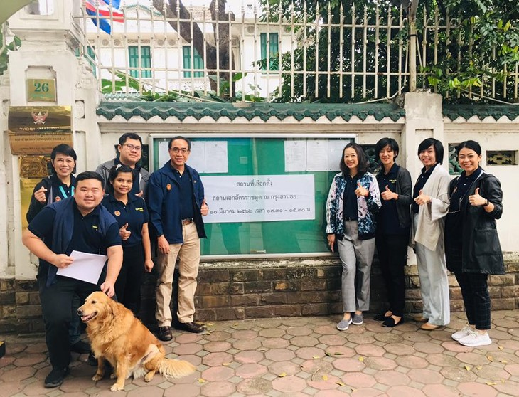 ผู้มีสิทธิ์เลือกตั้งไทยที่พำนักในเวียดนามเริ่มไปใช้สิทธิ์เลือกตั้งนอกราชอาณาจักร - ảnh 12