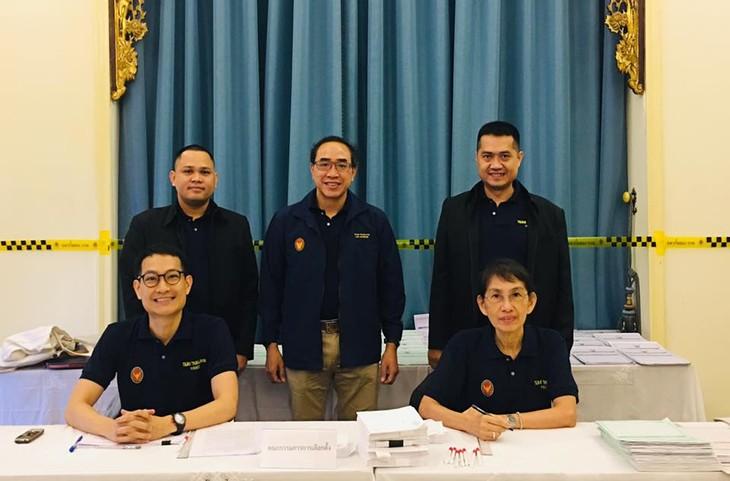 ผู้มีสิทธิ์เลือกตั้งไทยที่พำนักในเวียดนามเริ่มไปใช้สิทธิ์เลือกตั้งนอกราชอาณาจักร - ảnh 6